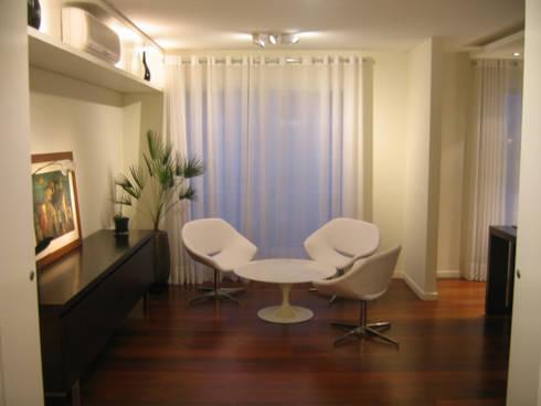 Apartamento em Pinheiros: Salas de estar modernas por Leonardo Bachiega Arquitetos