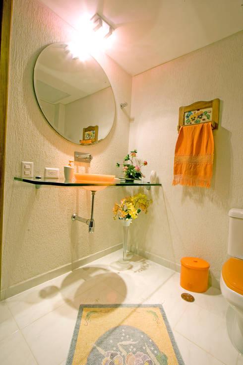 Residência em condomínio: Banheiros rústicos por Central de Projetos