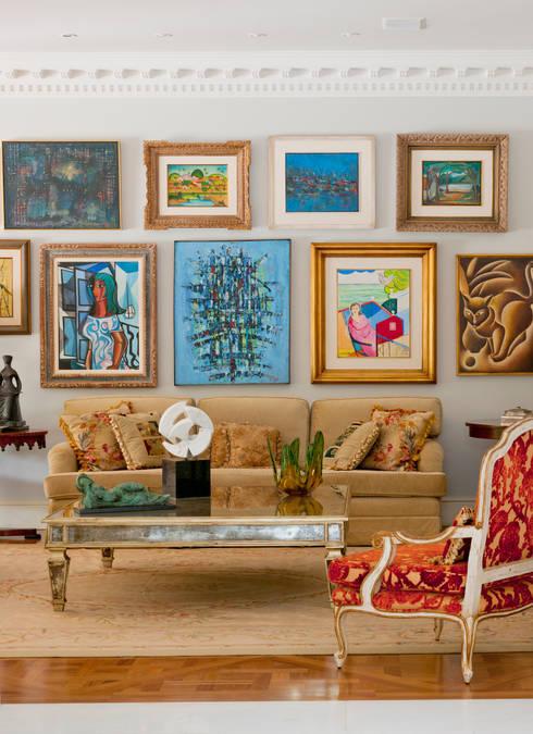 French Chateaux: Salas de estar  por Allan Malouf Arquitetura e Interiores