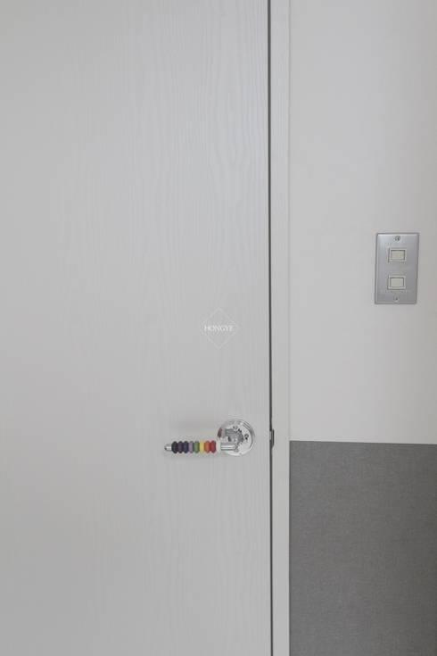 모던하고 깔끔한 느낌의 27평 아파트 인테리어: 홍예디자인의  창문 & 문