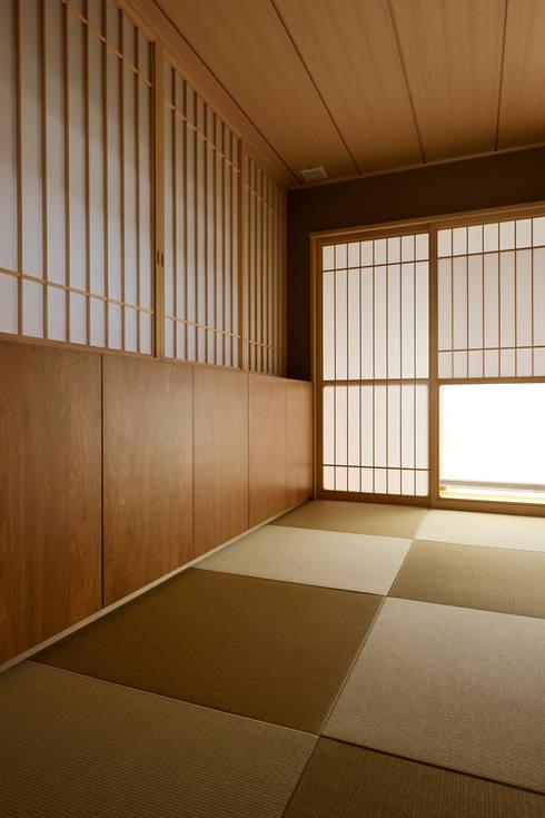 Salas multimedia de estilo asiático por 株式会社 Atelier-D