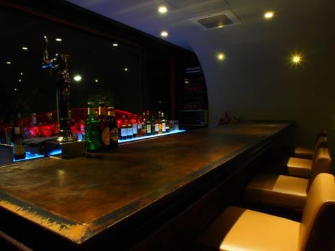 皮の天板、なんとも言えない味が出ます: (株)グリッドフレームが手掛けたバー & クラブです。
