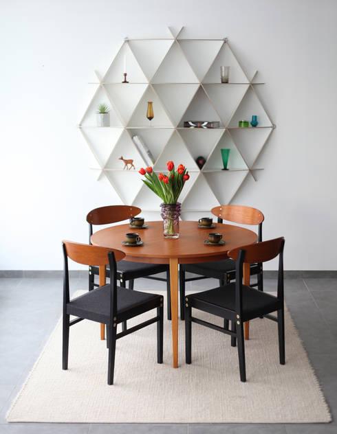 Rundes Wandregal aus Holz in weiß: moderne Wohnzimmer von Baltic Design Shop