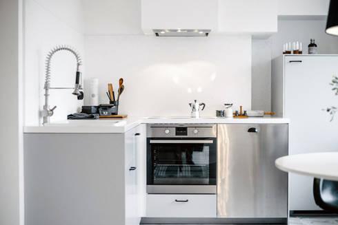 Minimalistische Eck-Küche: skandinavische Küche von Baltic Design Shop