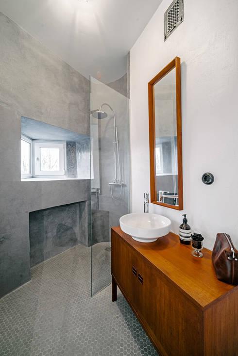 Bad in Grau mit Holzmöbel: skandinavische Badezimmer von Baltic Design Shop