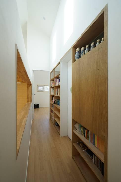Sunlight House 빛이 쏟아지는 집: ADMOBE Architect의  복도 & 현관