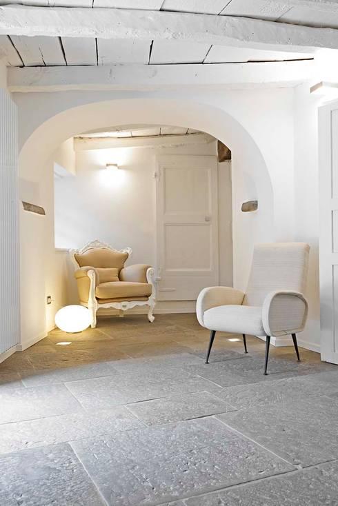 RISTRUTTURAZIONE CASA A TORRE DEL 500: Ingresso & Corridoio in stile  di MBA  MARCELLA BRUGNOLI ARCHITETTO