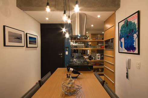 Apartamento Leopoldo: Salas de jantar modernas por Sacada