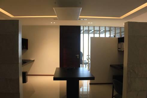 Sala de trabajo: Estudios y oficinas de estilo moderno por LC Arquitectura
