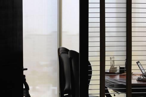 Elegancia: Estudios y oficinas de estilo moderno por LC Arquitectura