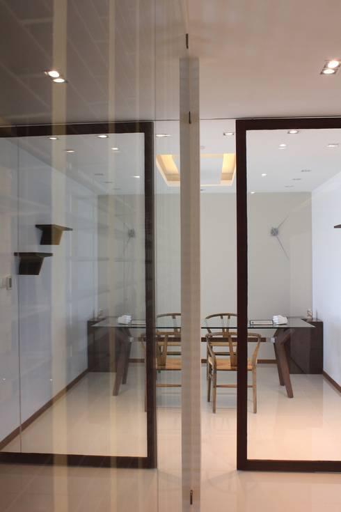 Oficina compartida: Estudios y oficinas de estilo moderno por LC Arquitectura