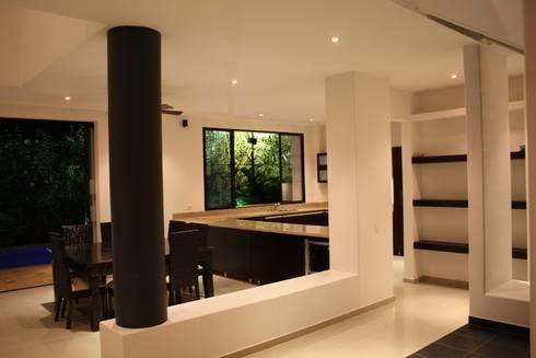 Casa Salazar: Salas de estilo moderno por Camilo Pulido Arquitectos