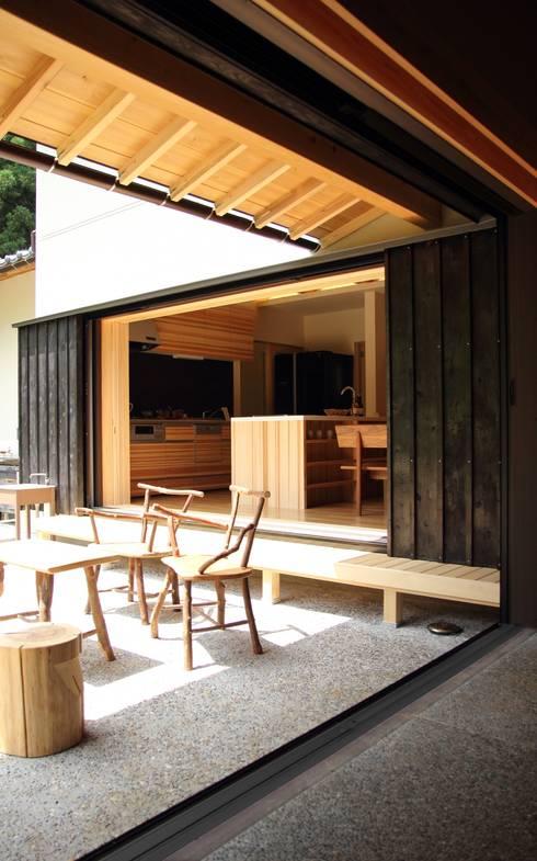 「曲がり土間の家」: 尾脇央道(重川材木店)が手掛けたベランダです。