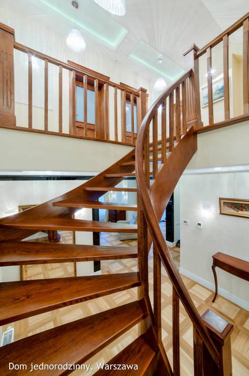 schody: styl , w kategorii Korytarz, przedpokój zaprojektowany przez Auraprojekt
