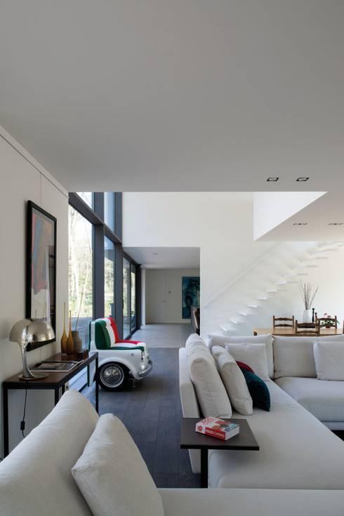 Project De Plankerij voor Summum - Interiors (http://www.summum-interiors.com): moderne Woonkamer door De Plankerij BVBA