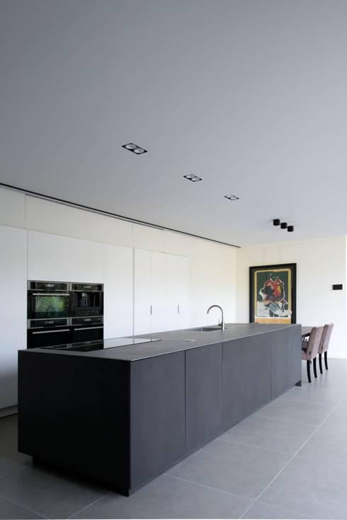 Project De Plankerij voor Summum - Interiors (http://www.summum-interiors.com): moderne Keuken door De Plankerij BVBA