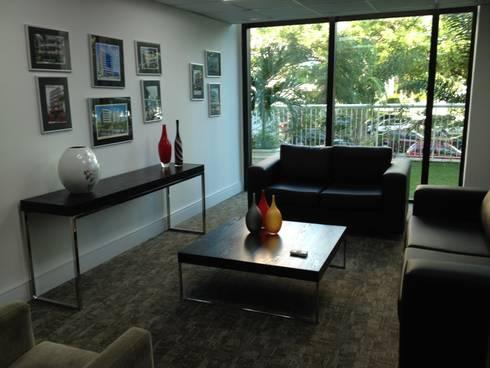 Sala de reuniões informal.: Espaços comerciais  por Studio HG Arquitetura