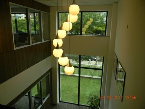 Hall da escada de acesso a diretoria.: Espaços comerciais  por Studio HG Arquitetura