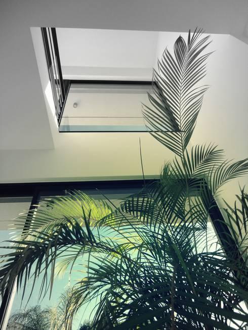 Villa St Raphael: Jardin d'hiver de style  par iSpP architectes