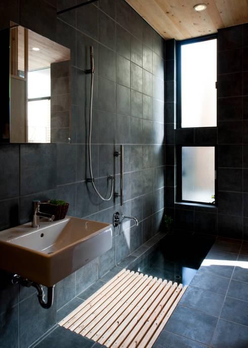 Baños de estilo  por 山本晃之建築設計事務所