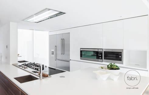 A elegância une-se ao desempenho: Cozinhas modernas por FABRI