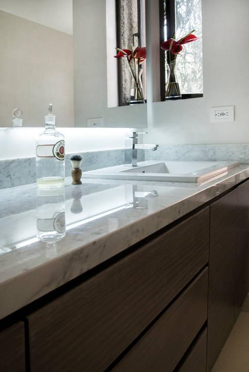 Baño Principal: Baños de estilo moderno por KDF Arquitectura