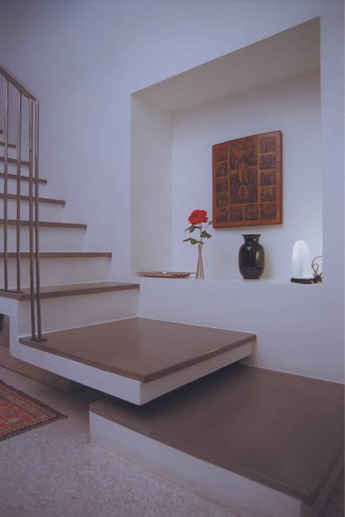 Vestíbulos, pasillos y escaleras de estilo  de Studio Valle architettura e urbanistica