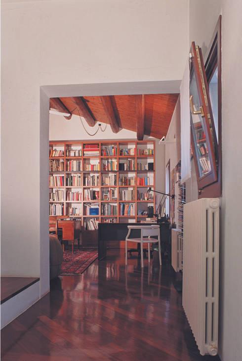 Lo studio privato: Studio in stile in stile Minimalista di Studio Valle architettura e urbanistica