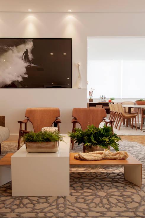 Sala de Estar: Sala de estar  por Helô Marques Associados
