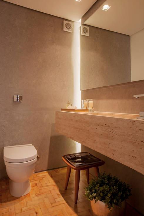 Lavabo com cuba esculpida: Banheiros ecléticos por Helô Marques Associados