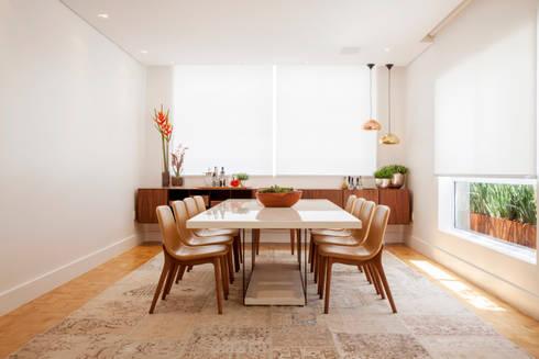 Design Brasileiro: Salas de jantar ecléticas por Helô Marques Associados