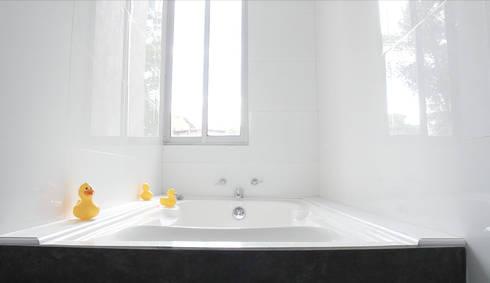 APARTAMENTO NUEVA GRANADA: Baños de estilo ecléctico por santiago dussan architecture & Interior design