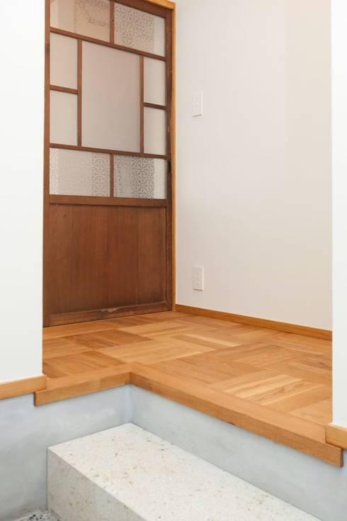 Pasillos y recibidores de estilo  por アトリエdoor一級建築士事務所