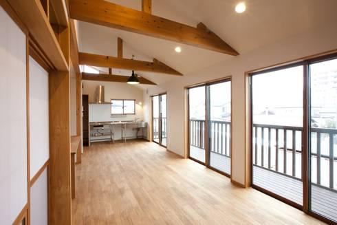2階のリビング、キッチン: アトリエdoor一級建築士事務所が手掛けたリビングです。