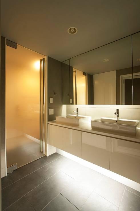 シンプル、シャビー、モロッコ調、部屋ごとに表情が変わるマンション: QUALIAが手掛けた浴室です。
