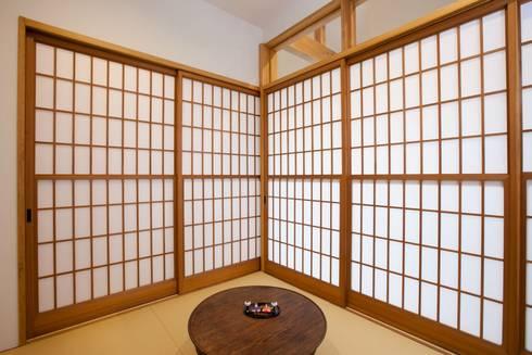 畳の部屋: アトリエdoor一級建築士事務所が手掛けた和室です。