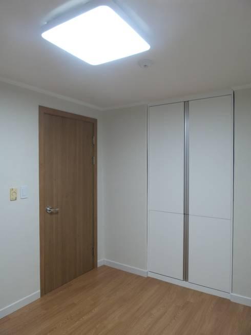 Dormitorios de estilo  de 디자인 컴퍼니 에스