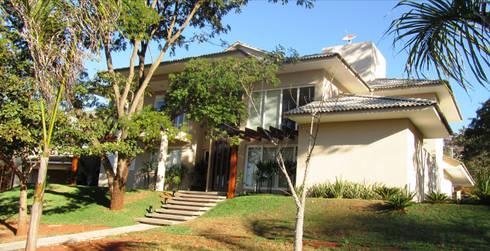 Residência – Cond. Aldeia do Vale: Casas modernas por Sandra Kátia Junqueira