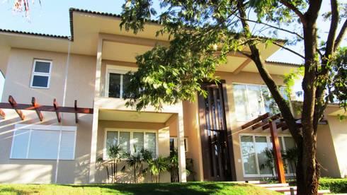 Residência - Cond. Aldeia do Vale: Casas modernas por Sandra Kátia Junqueira