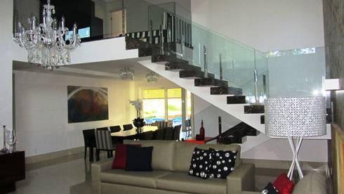 Residência – Cond. Aldeia do Vale: Salas de estar modernas por Sandra Kátia Junqueira