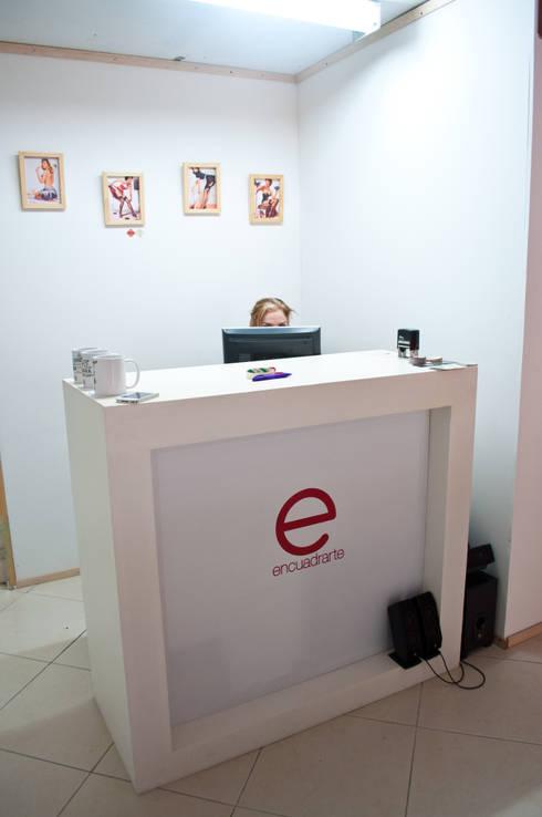 Mueble de atención: Oficinas y Tiendas de estilo  por somos2