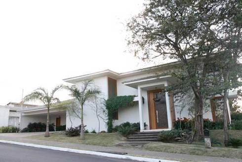 Residência - Cond. Portal do Sol II: Casas modernas por Sandra Kátia Junqueira