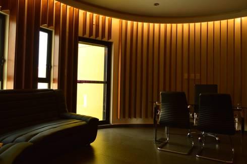 [Oficina MAD]: Estudios y oficinas de estilo moderno por Wowa