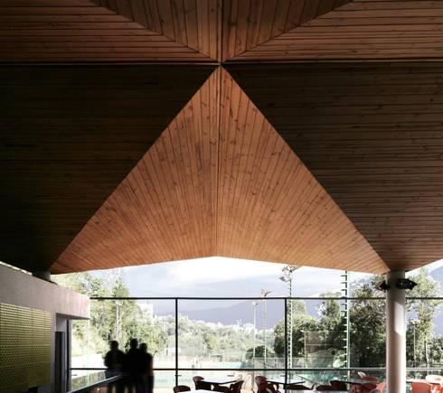 Edificio de Deporte y Servicios de Tenis del Centro Italiano Venezolano: Bares y Clubs de estilo  por PA - Puchetti Arquitectos