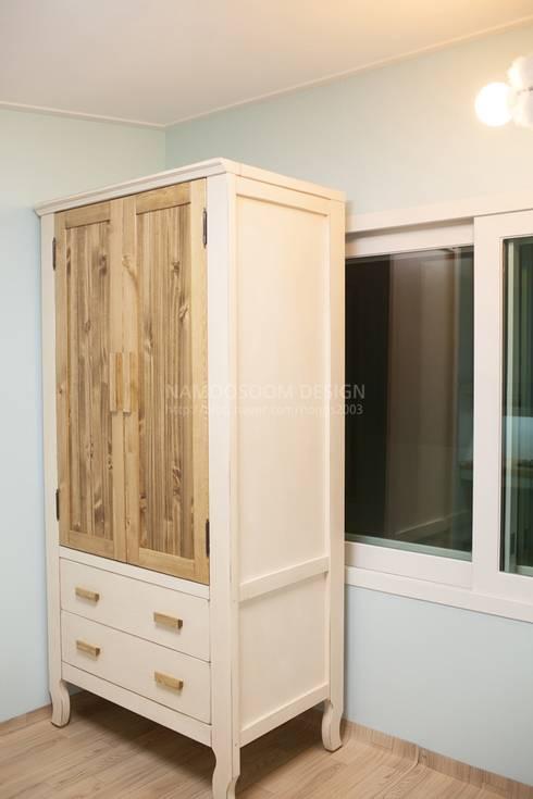 복층 방2 옷장: 나무숨인테리어의  아이방
