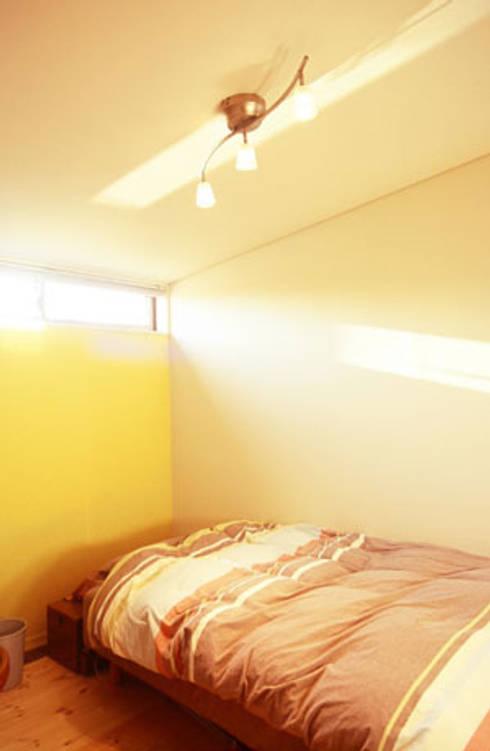 イロイロのイエ: 一級建築士事務所あとりえが手掛けた寝室です。