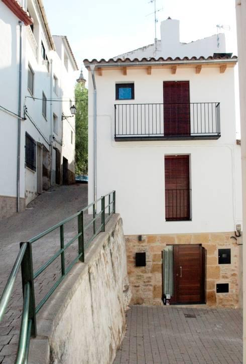 vivienda unifamiliar estilo rustico: Casas de estilo  de cota-zero, tenica y construcción integrada, s.l.