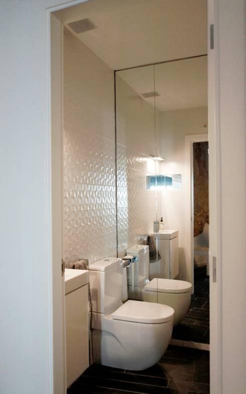 vivienda unifamiliar estilo rustico: Baños de estilo rústico de cota-zero, tenica y construcción integrada, s.l.
