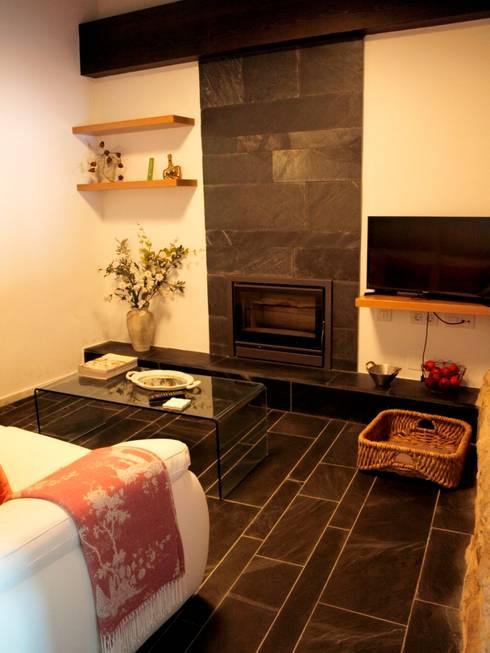 vivienda unifamiliar estilo rustico: Salones de estilo rústico de cota-zero, tenica y construcción integrada, s.l.