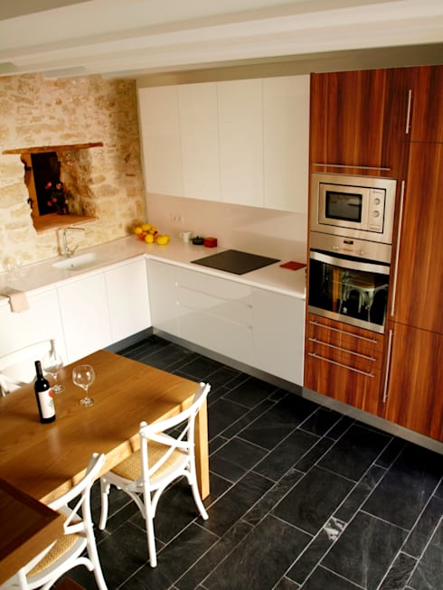 vivienda unifamiliar estilo rustico: Cocinas de estilo rústico de cota-zero, tenica y construcción integrada, s.l.